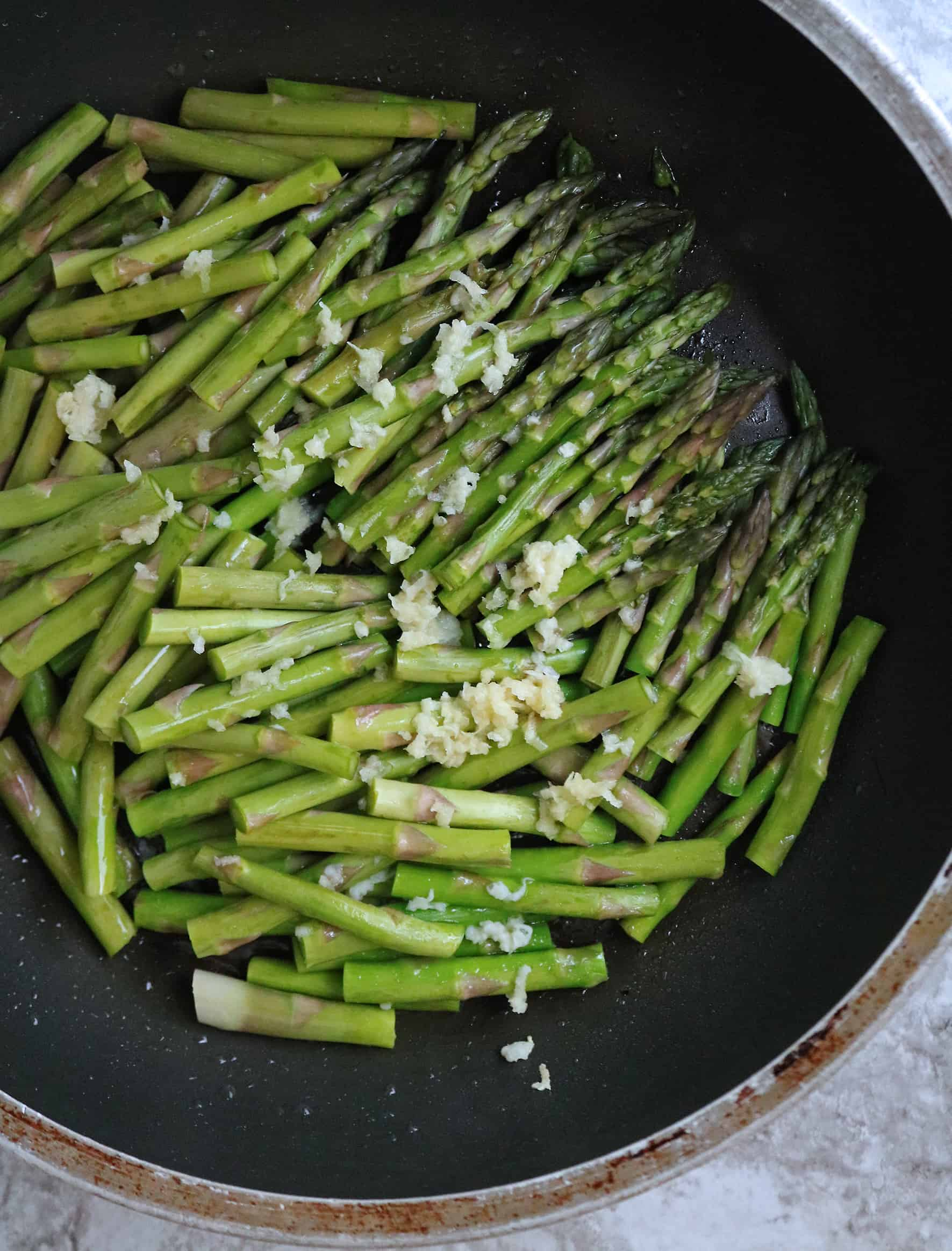 Cooking Garlic asparagus