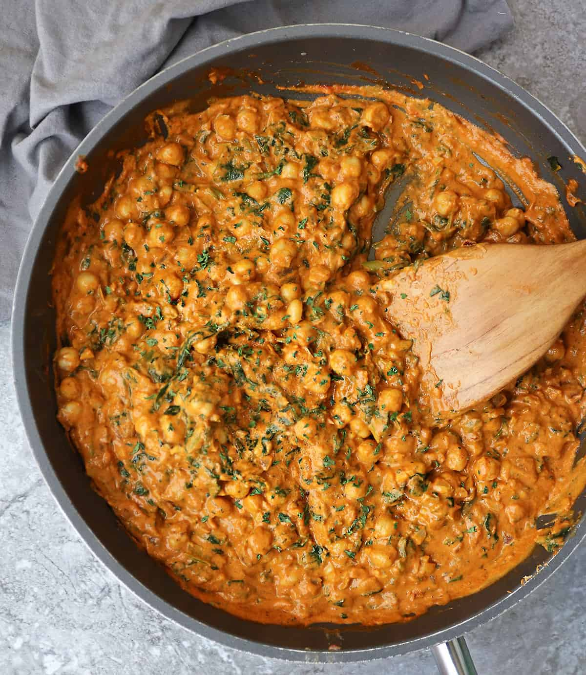 Easy creamy delicious chickpea spinach curry in a pan